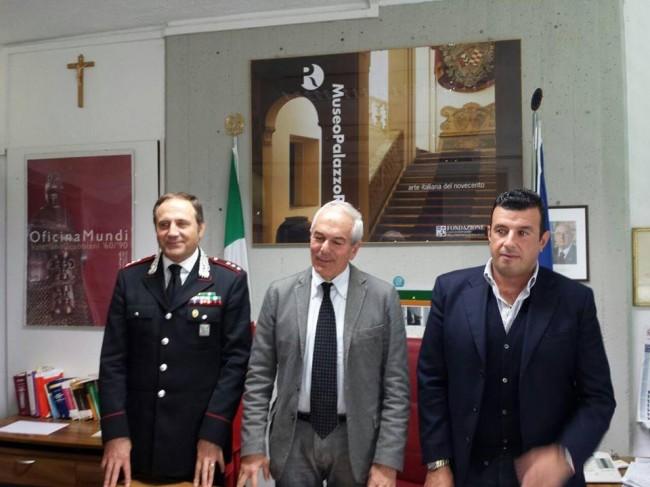 Il procuratore Giovanni Giorgio con il comandate Cosimo Lamusta (carabinieri di Tolentino) e Alessandro Albini (questura di Macerata) questa mattina in Procura