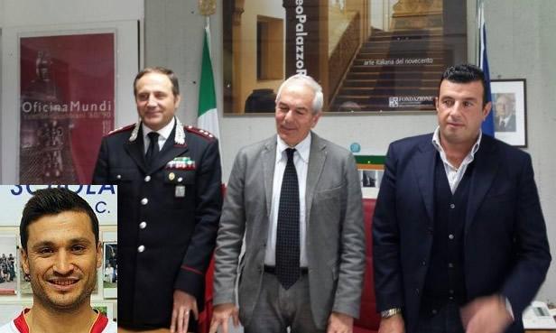 Al centro il procuratore Giovanni Giorgio con il capo della Mobile Alessandro Albini e il capitano dei carabinieri di Tolentino Cosimo Lamusta. Nel riquadro a sinistra il calciatore arrestato Eduard Xhafa