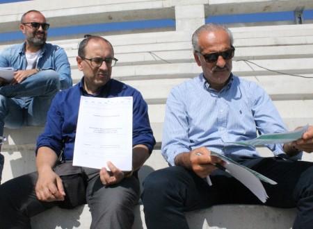 Il direttore tecnico Umberto Ciccarini assieme al sindaco Tommaso Corvatta che mostra lo studio sull'acustica e l'assessore Giulio Silenzi
