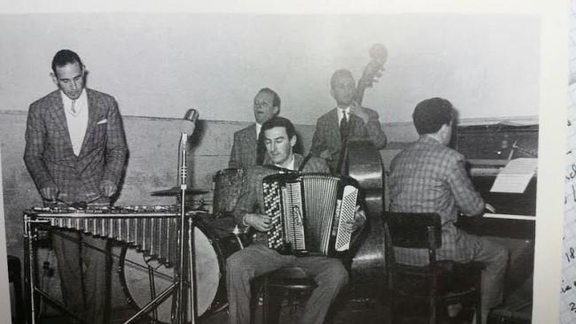 Silvano Pietroni in prima fila suona la fisarmonica. Da sinistra, Giovanni Spalletti, Wilder Petroselli, Alfredo Grasselli e di spalle Carlo Mancini