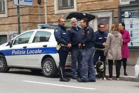 Il pitbull in corso Cavour dopo l'arrivo della polizia e dei vigili urbani