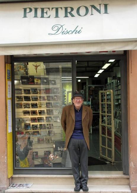 Silvano Pietroni davanti al suo negozio di via Gramsci (foto di Andrea Del Brutto)