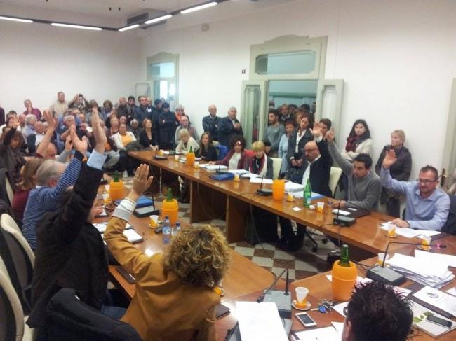 Al momento del voto 11 mani si alzano per il No al resort.