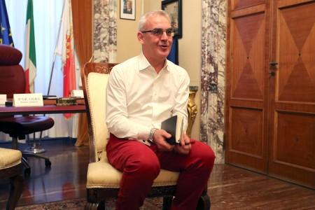 Il sindaco Romano Carancini in tenuta biancorossa durante la conferenza stampa di oggi pomeriggio nel suo ufficio