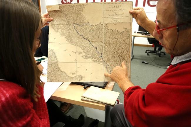 Antonio Volpini, nella redazione di Cronache Maceratesi, mostra una mappa antica interpretando quella contenuta nell'album dei Pink Floyd