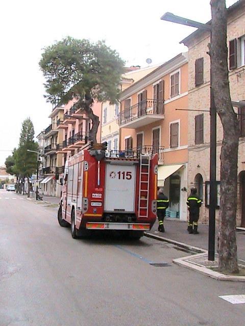 I vigili del fuoco controllano la chiesa di San Giovanni Battista. (3)