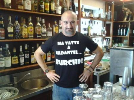 Il titolare del bar Gatto Roberto Ferraccioni si è fatto fare una maglia su misura per irridere al progetto del Burchio con spirito purtannaro