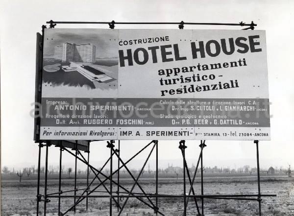 L'Hotel House nasce nel 1970 per la villeggiatura dei turisti del nord Italia