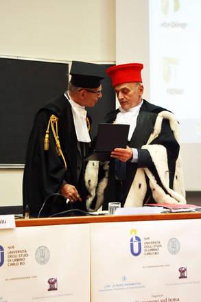 Mario Pianesi, fondatore di 'Un punto Macrobiotico' riceve il Sigillo d'ateneo Urbino dal rettore Stefano Pivato