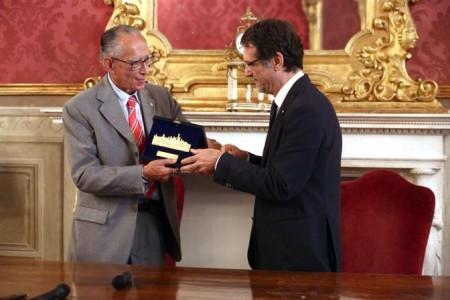 MArio Pianesi con il sindaco Virginio Merola