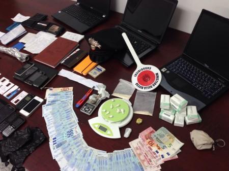 La droga e il denaro sequestrati nel corso dell'operazione