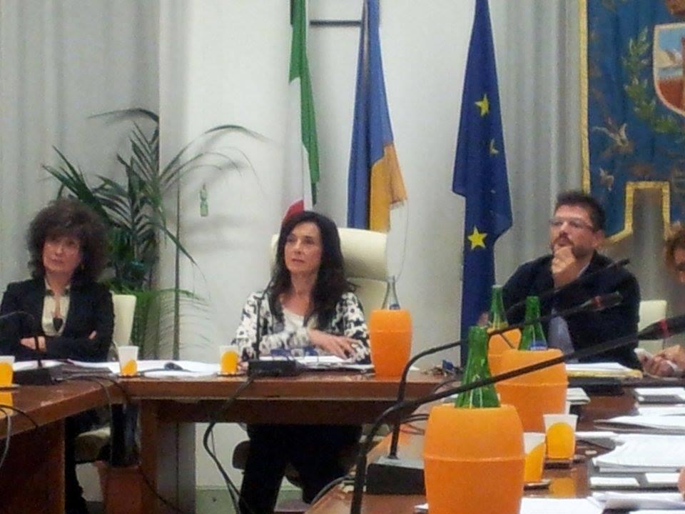 Sabrina Montali ascolta l'intervento di Rosalba Ubaldi durante l'ultimo consiglio comunale