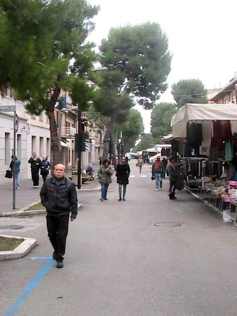 La zona del mercato poco dopo la scossa a Porto Recanati