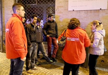 I volontari della Croce Rossa insieme ai richiedenti asilo