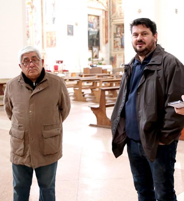 A destra Padre Teodoro Brovelli insieme ad un fedele