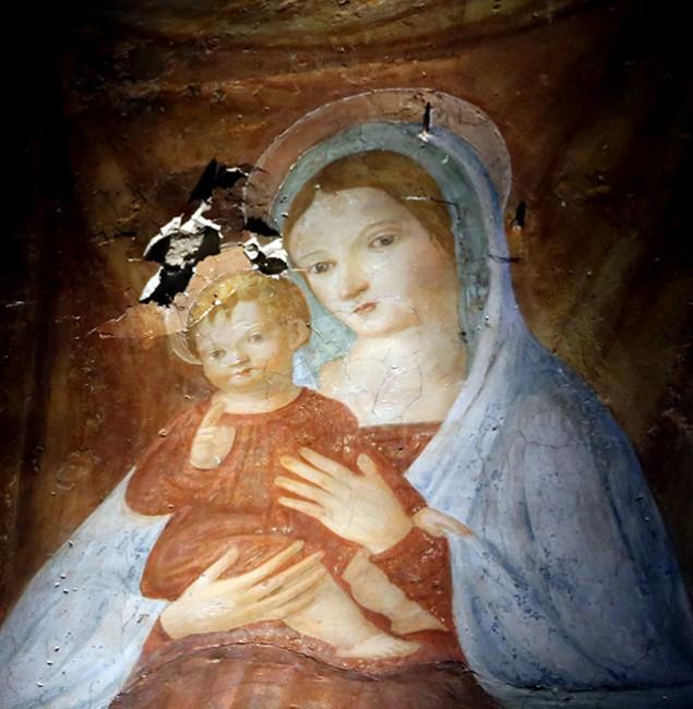 L'affresco danneggiato nella chiesa di Santa Maria delle Vergini