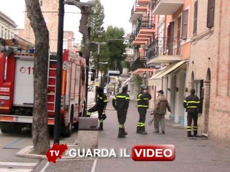 I vigili del fuoco controllano la chiesa di San Giovanni Battista a Porto Recanati (CLICCA SULLA FOTO PER GUARDARE IL VIDEO)