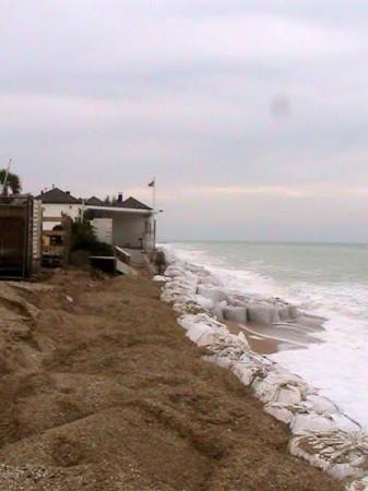 I sacchi di sabbia a protezione della costa
