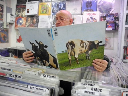 Mario Nardi con un vecchio album dei Pink Floyd