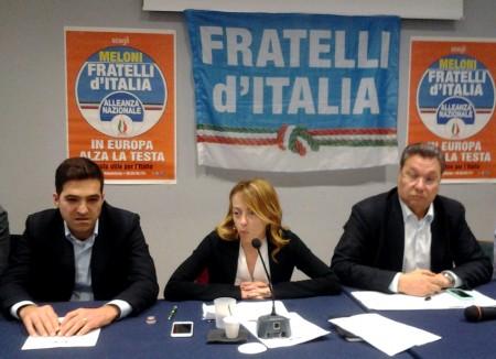 Giorgia Meloni fra Francesco Acquaroli sindaco di Potenza Picena e Carlo Ciccioli