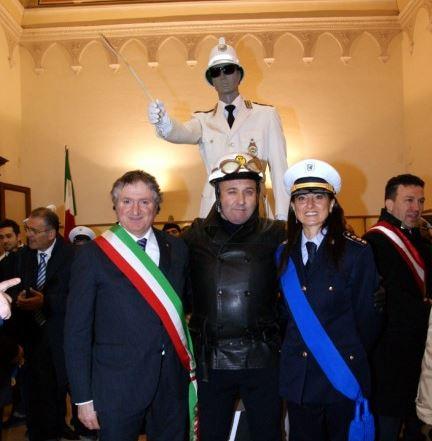 Il sosia di Alberto Sordi tra il sindaco Pezzanesi e la comandante