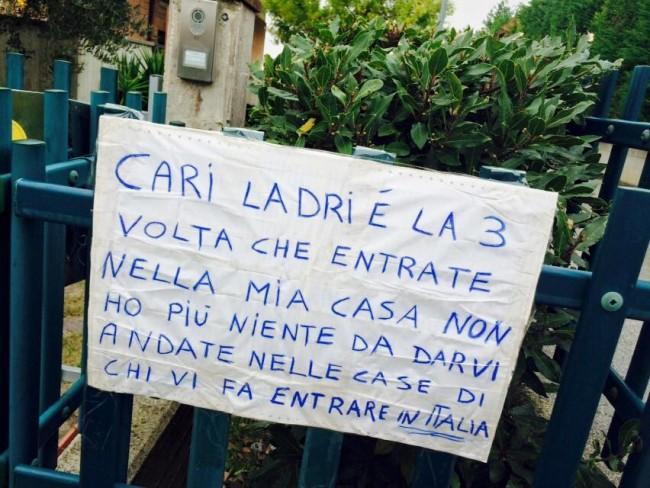 Il cartello appeso al cancello della villetta dell'imprenditore Paolo Accattoli