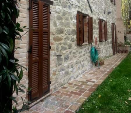 Il retro della villa dove sono entrati i ladri. A terra nella prima portafinestra, a sinistra, i vetri rotti dai rapinatori per entrare dentro