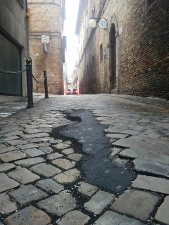 Il manto stradale dissestato di via Armaroli