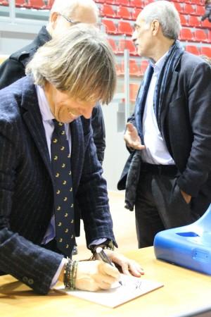 """Giuliano Ginnobili firma la mattonella """"souvenir"""""""