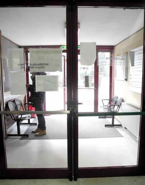 La porta d'ingresso al pubblico che non si chiude completamente e quindi lascia passare l'aria