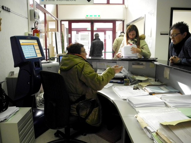 Dipendenti lavorano con i cappotti all'Agenzia delle Entrate di via Roma perché il riscaldamento è rotto da dieci giorni