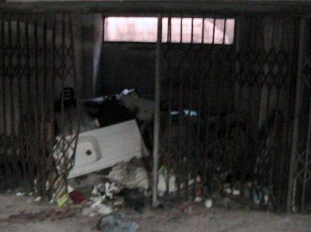 Anche un lavabo tra i rifiuti accatastati nei garage dell'Hotel House