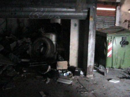 Cè anche un copertone tra i rifiuti di questo garage