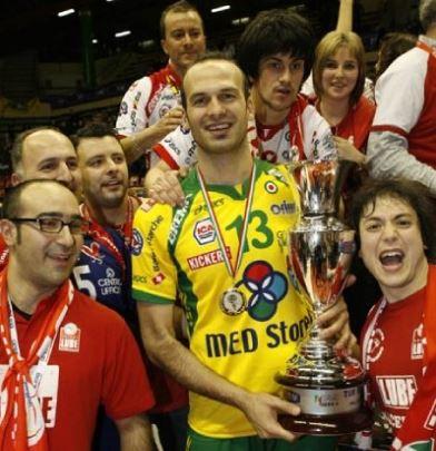 Mirko Corsano festeggia uno dei tanti trofei con la maglia della Lube