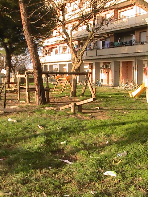 Il giardino interno al palazzone è pieno di rifiuti