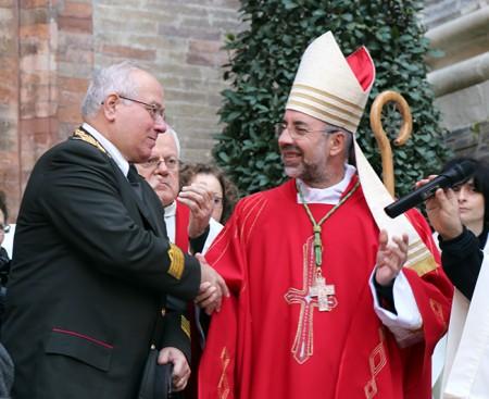 Il comandante Achille Cipriani insieme al vescovo