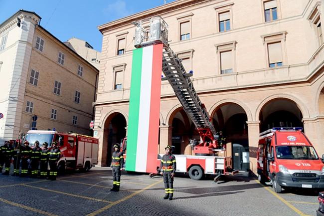 La bandiera dispiegata in piazza Vittorio Veneto