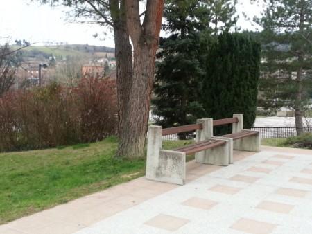 La panchina davanti casa dove si è seduta la madre di Simone dopo averlo ucciso