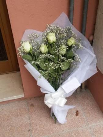 Il mazzo di fiori per Simone posto sotto la sua abitazione dove è stato ucciso