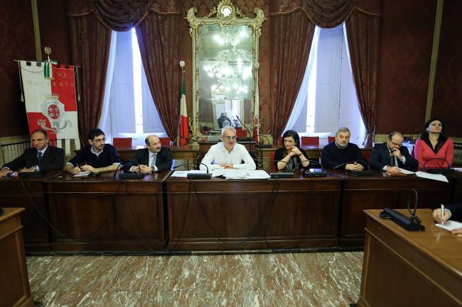 Il sindaco Romano Carancini con gli assessori durante la confereza di fine anno