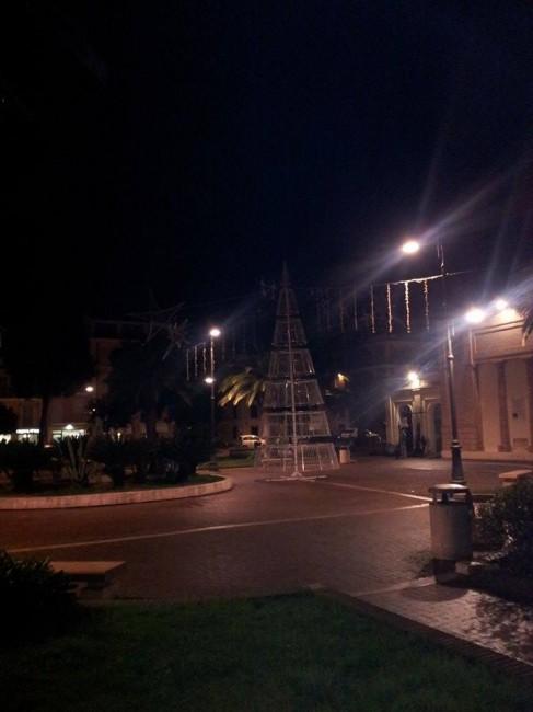 L'albero in piazza con le luci spente