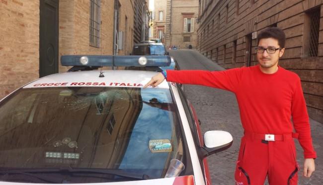 Michael Ridolfi indica l'auto danneggiata