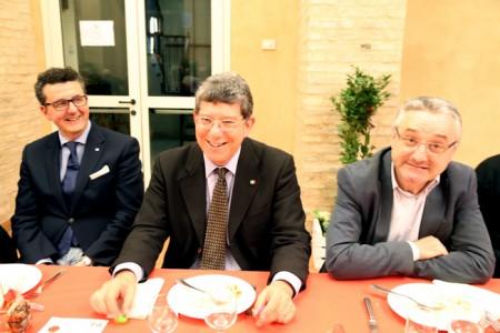 Il segretario Paolo Micozzi, Romano Mari e Angelo Sciapichetti durante la cena natalizia del Pd. Da quel giorno è ancora tutto fermo