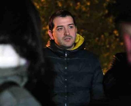 Il padre di Simone, Enrico Forconi, stasera davanti alla palazzina dove è stato ucciso il piccolo