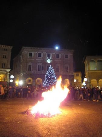falò_piazza_macerata-11-337x450