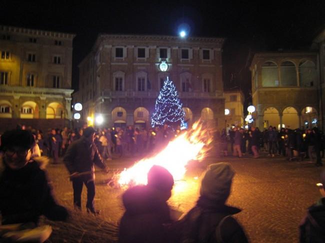 falò_piazza_macerata-12-650x487