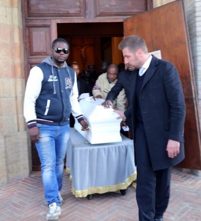 Il papà accompagna la bare del figlio fuori dalla chiesa dei Cappuccini