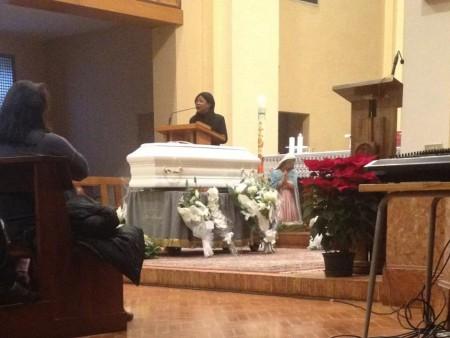 La mamma di Dominion canta per il figlio durante il funerale