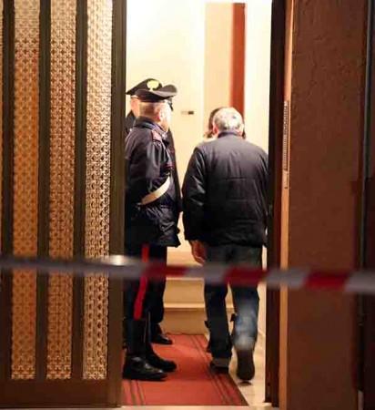 Gli investigatori sul luogo del delitto (foto di Guido Picchio)