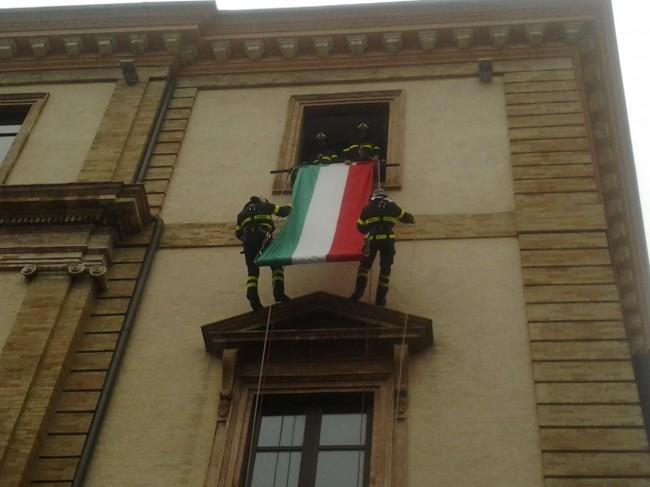 La discesa del Tricolore dal municipio di Tolentino